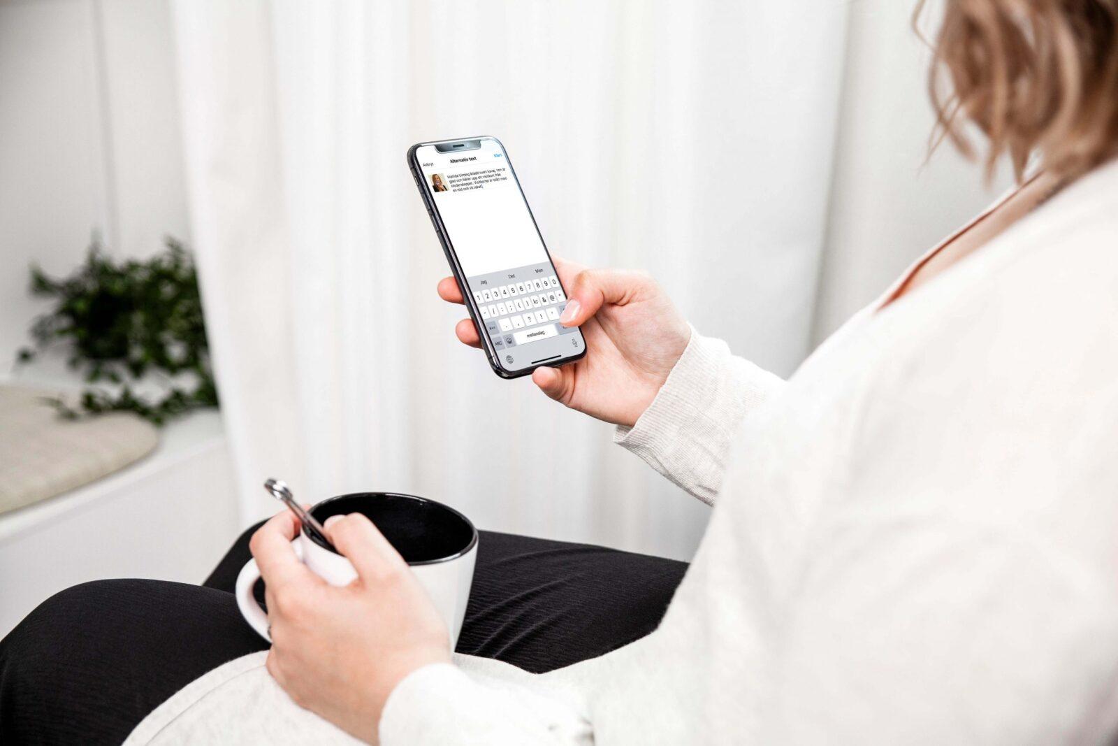 kvinna sitter med mobilen i handen, skriver alt-text på Instagram.